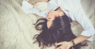 Жена спи на леглото