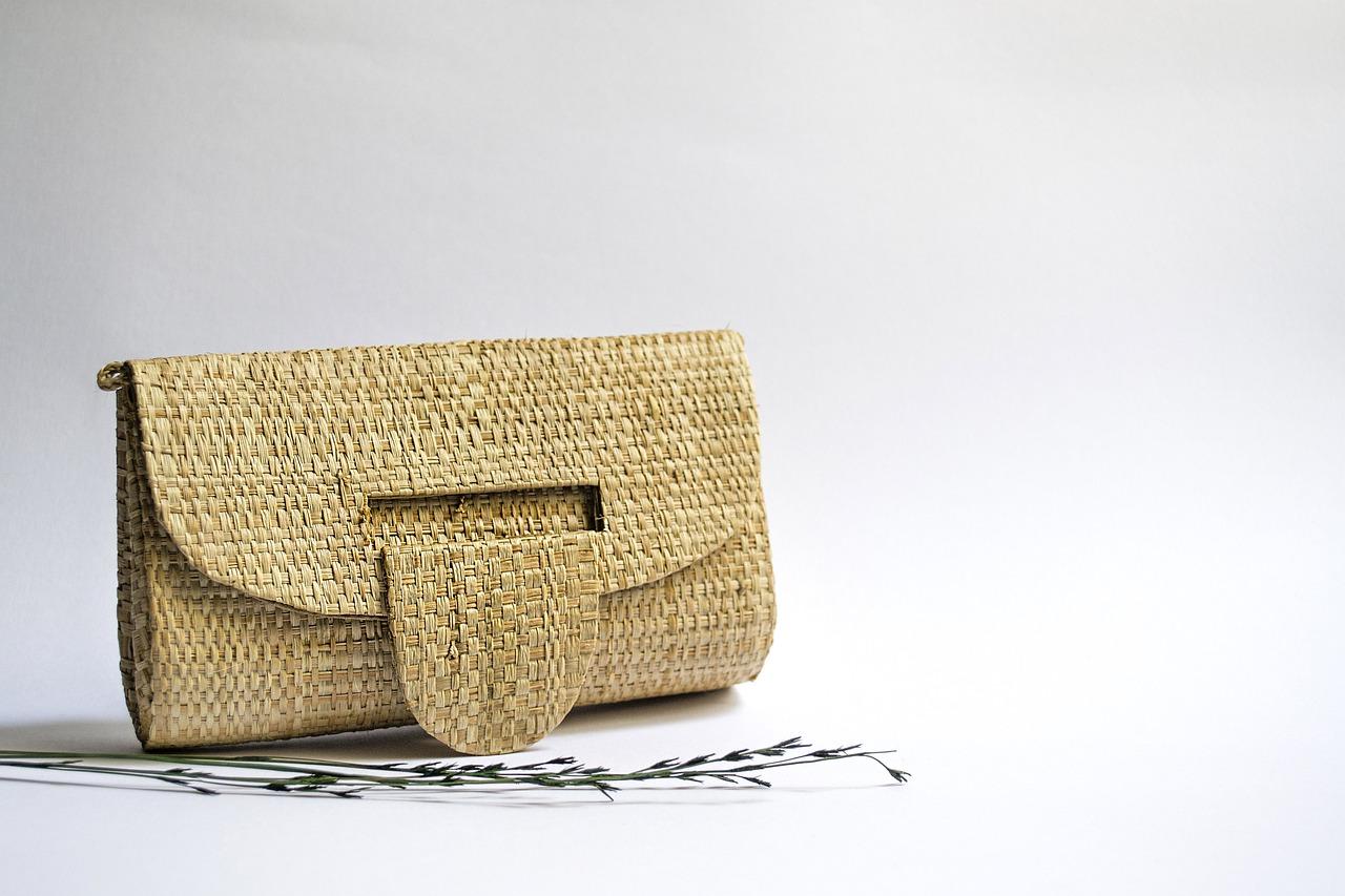 Женска бежова чанта