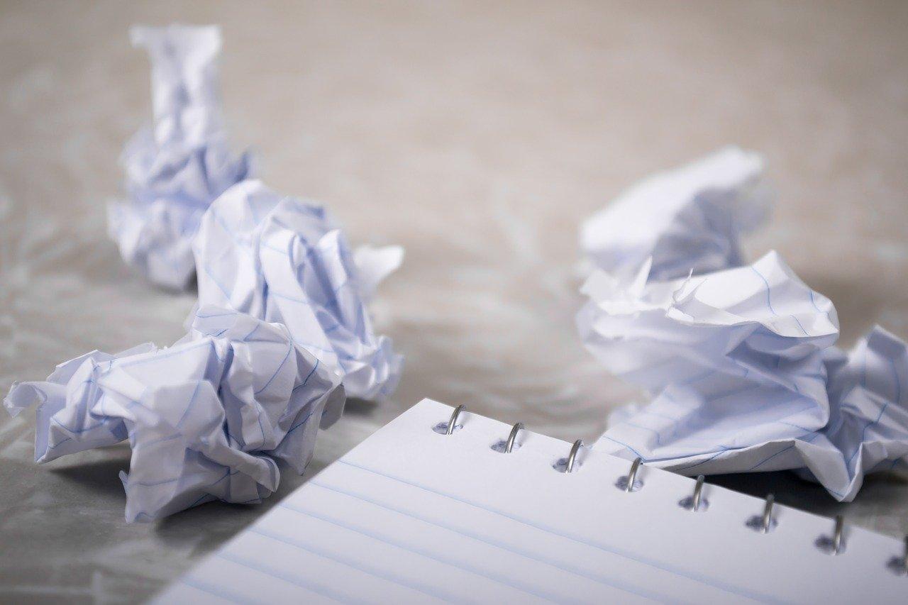 Смачкани листове хартия