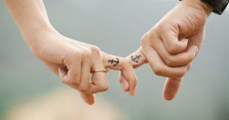Мъж и жена се държат за ръка